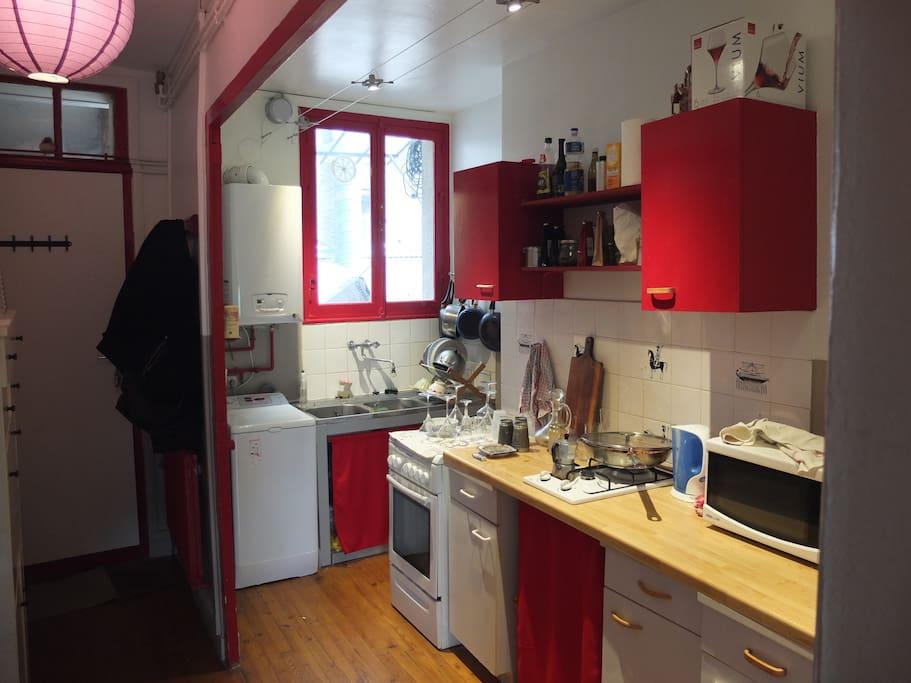 Cuisine pratique et entièrement équipée (four et gazinière, micro-onde, lave linge et sèche linge, frigorifique, plan de travail).
