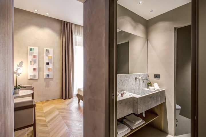 Elegant room in the heart of Rome