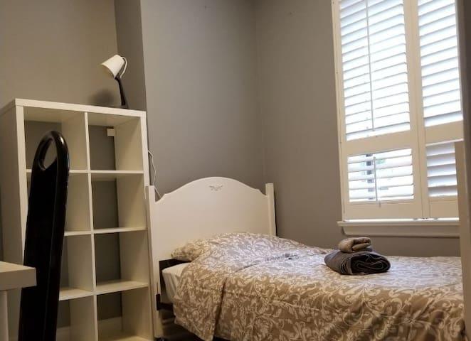 Pvt bedroom comfy single bed Quiet Area- Room 1