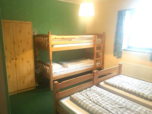 Slaapkamer 2: 2 aparte bedden en 1 stapelbed
