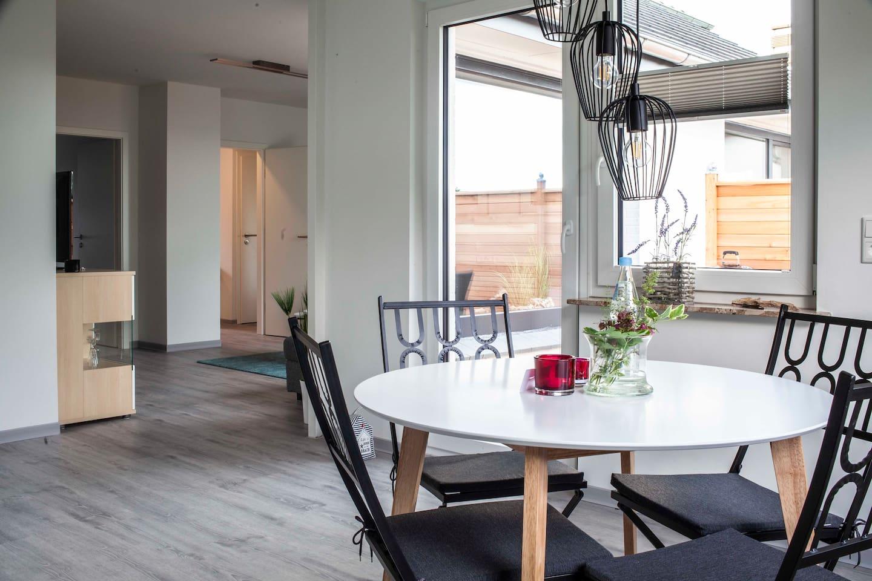 das helle Wohn- und Esszimmer mit direktem Zugang zur Terrasse und mit Blick auf die Ostsee