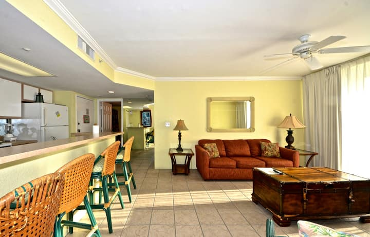 Family Friendly! Shared pool, hot tub, tennis, parking, full kitchen- dogs ok