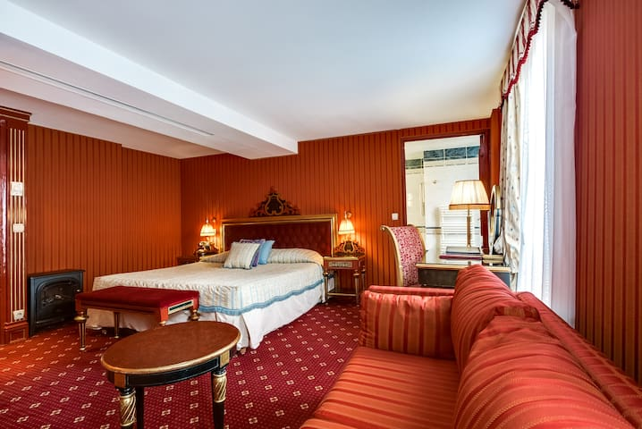 Belle époque style suite - perfect for family w/ free breakfast
