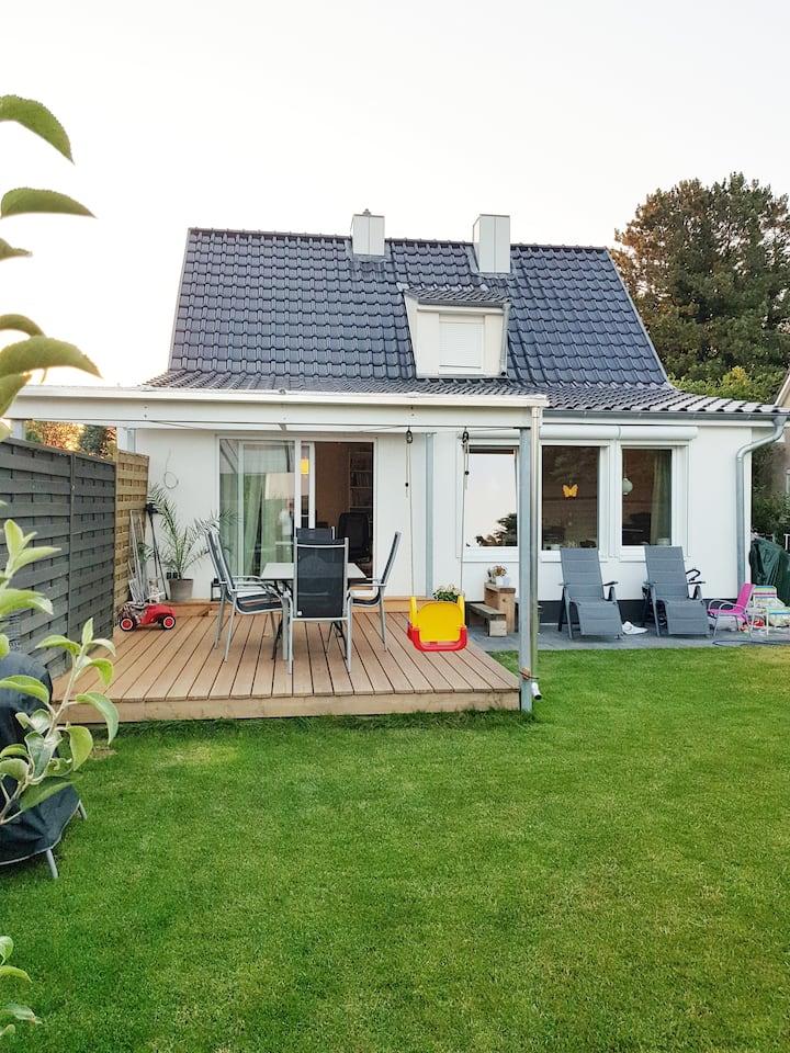 Haus mit Terrasse und Garten