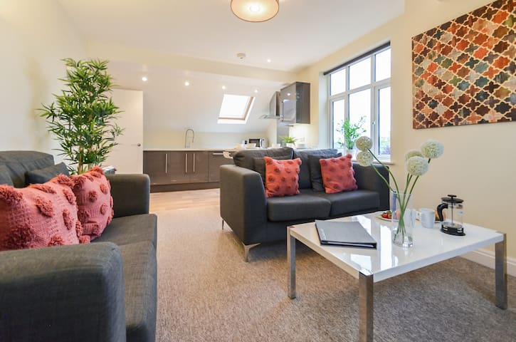 The Grove - Spacious 2 bed - sleeps 4 apartment with Parking