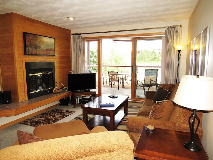 Mountain Views, Big Deck, Fireplace. Easy Drive to Slopes, Dining, Shops