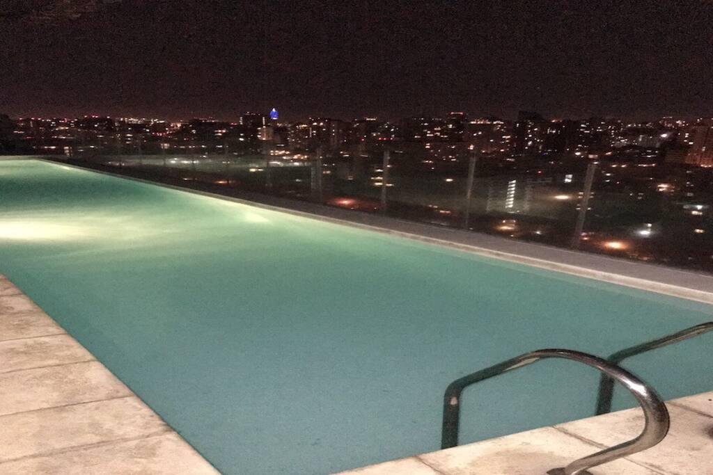 Piscina piso 25 vista de noche. Pool Building, 25th floor. Night view