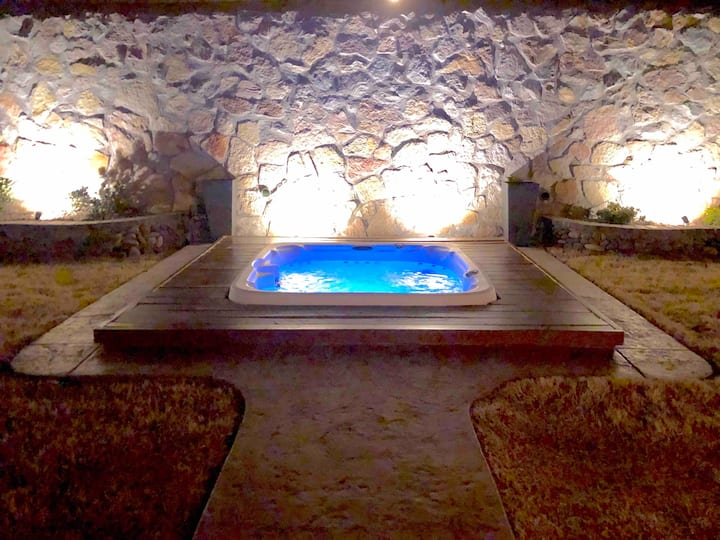 Relaxing Outdoor Oasis w/ HOT TUB. Clean/Sanitized