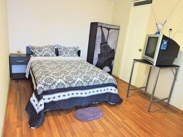 Dormitorio 1 principal (ya no hay TV y escritorio)  (imagen referencial)