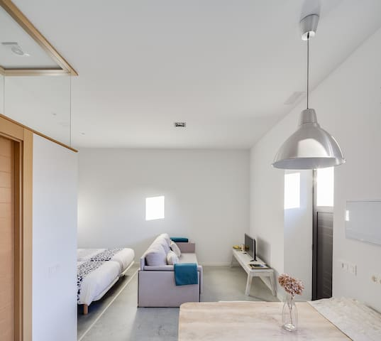 Detalle del sofá y mesa del alojamiento Aldea