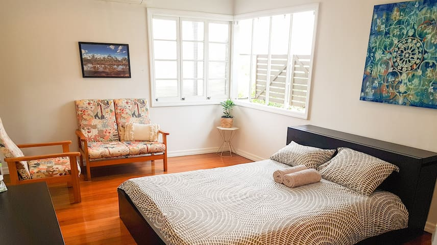 Lovely room in Vegan home near airport & transport