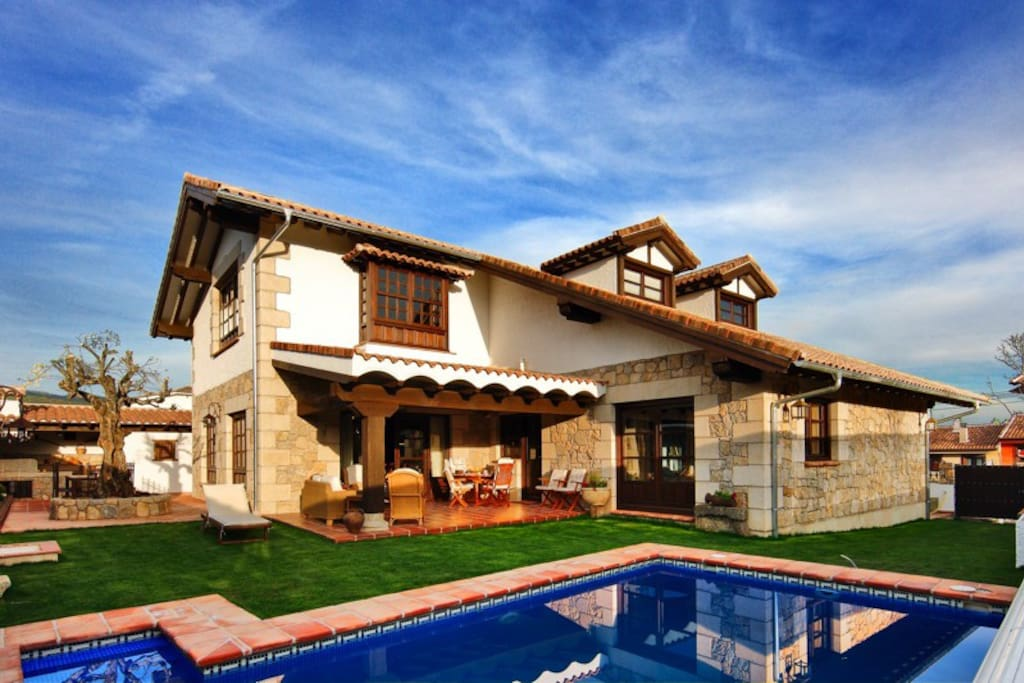 Piscina, zona jardín con maravillosas vistas a la Sierra de Gredos