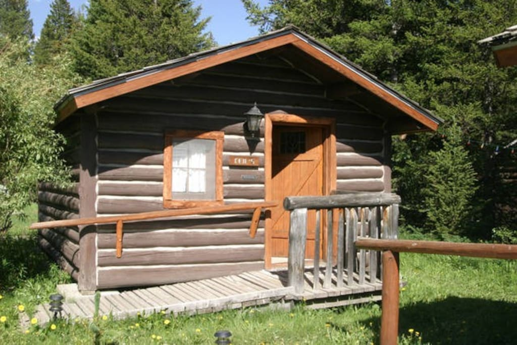 Silver gate simplicity log cabin cafe kay 39 s bed for Log cabins in yellowstone national park