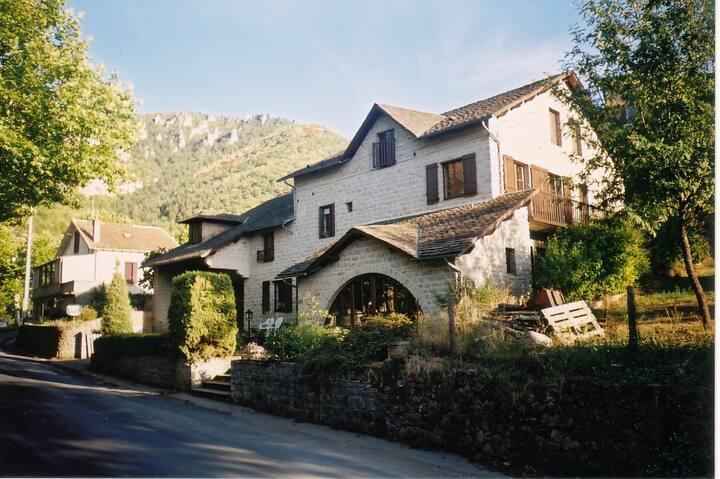 LE ROUCADEL - Chambre d'hôtes à Peyreleau 12720