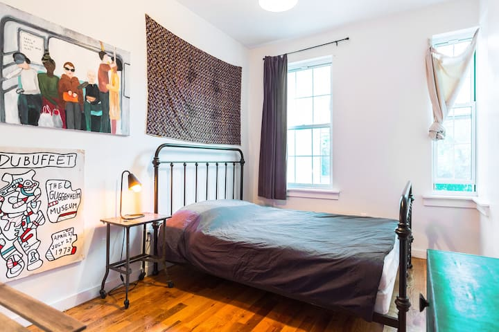 cosy room wth private ensuite bathroom in bushwick