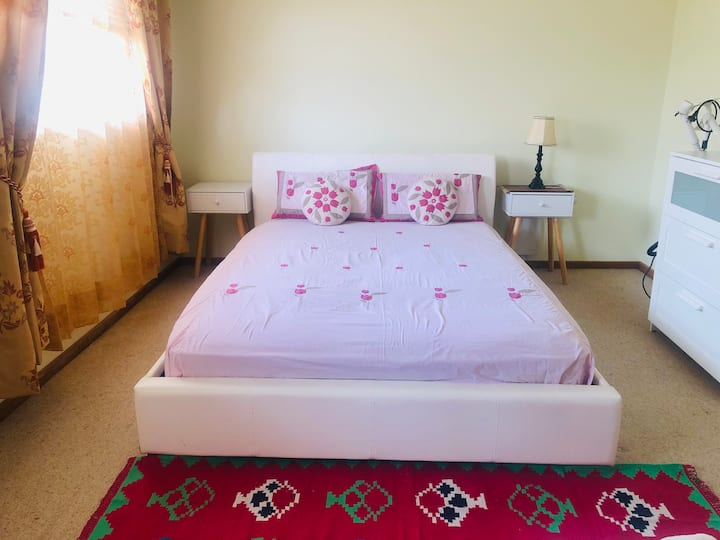 City-View Private Upstair Ensuite Bedroom & Living