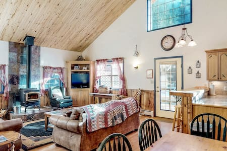 Dog-friendly cabin w/wood stove, hot tub & riverside firepit