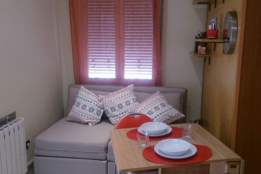 Espacio para comer y también con dos sillones convertibles en camas