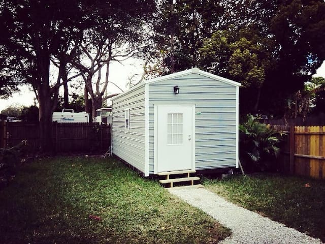 Modern Tiny Home in Central St Pete! Very Private!