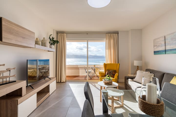 BRIGHT BEACHFRONT APARTMENT by Living Las Canteras