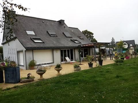 maison de bois, en campagne pas  loin de la  ville