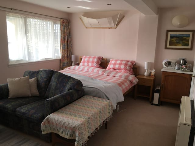 Room couple+1, village by Dundee coast, Angus