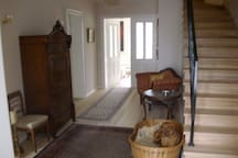 Stilvoll, eleganter Eingangsbereich mit Holztreppe in die obere Etage, unser treuer Haushund Ludwig fühlte sich hier jahrelang pudelwohl, leider gibt es ihn nicht mehr...