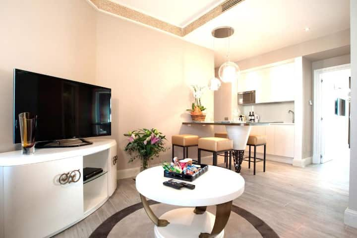 Suite Milano & Duomo Deluxe Apartment with Balcony