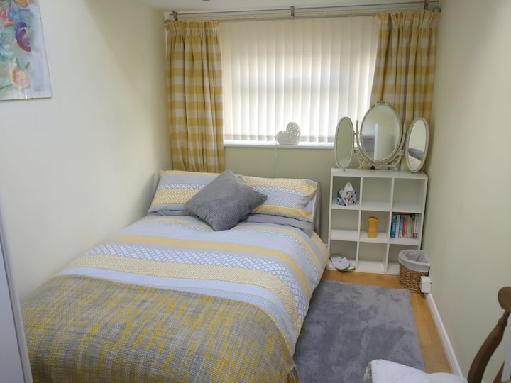 Oak View - Cosy bright bedroom and shower room