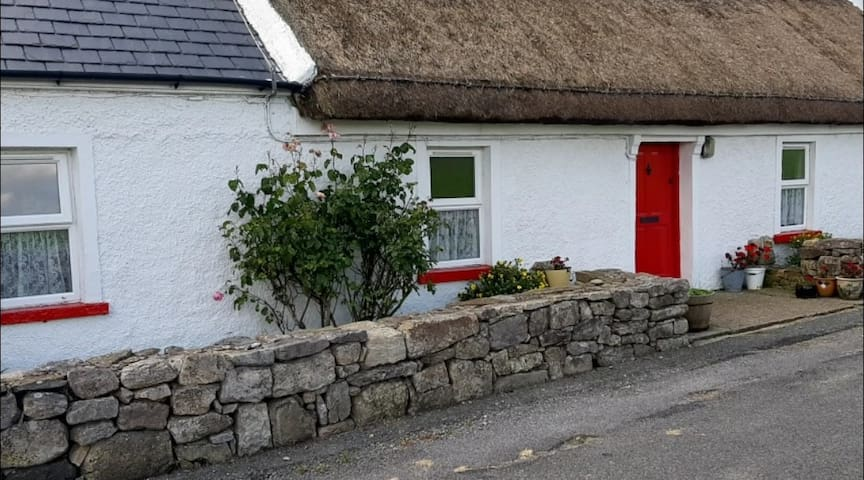 Mary Ann's Cottage... Traditional Thatched Cottage