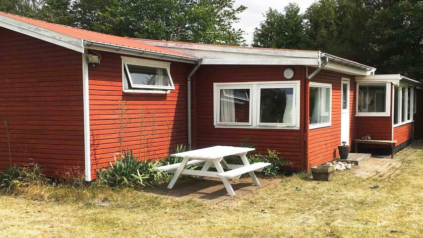 Hyggeligt sommerhus med hjerterum og retrostil.