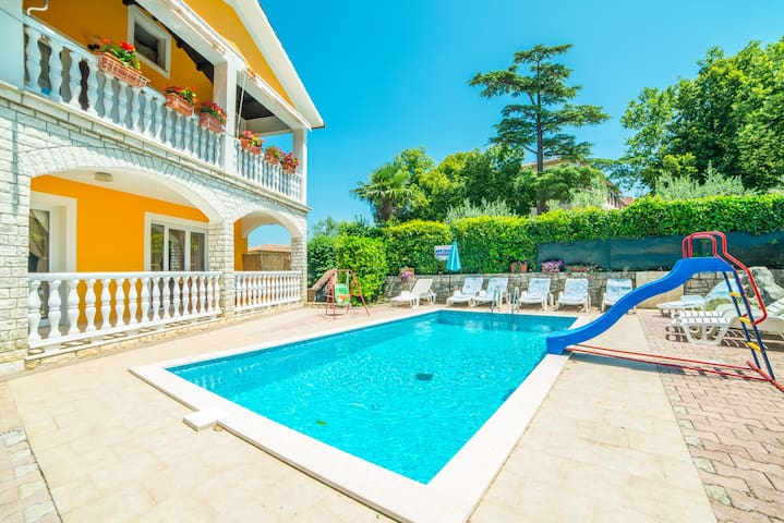 HOLIDAY APARTMENT WITH SHARED POOL AND GARDEN 2 - Nedešćina - Apartment