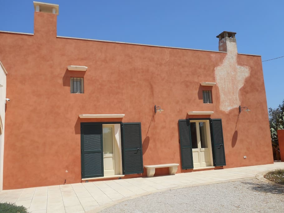 L'edificio principale ospita due camere con i relativi bagni, la cucina e il salotto - The main building consists of 2 bedrooms with private bathrooms, the kitchen, and the sitting room with a sofa-bed that sleeps two