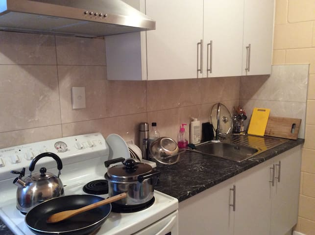 Two Bedroom Unit with Parking - Auckland - House