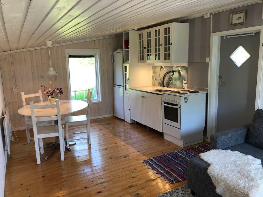 Fullt utrustat kökspentry med matbord.