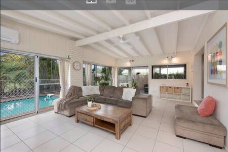 Wonderful family home with pool - Carindale