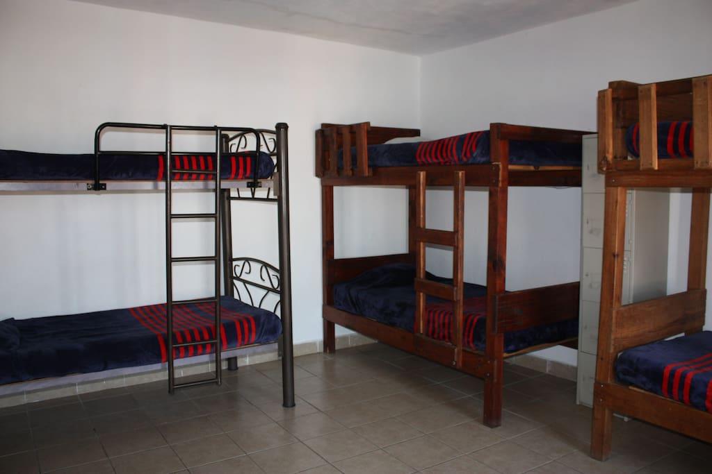 Dormitorio mixto para 8
