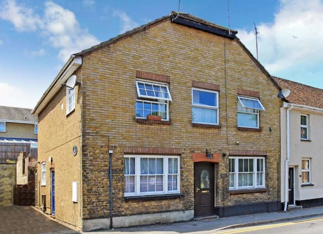 Refurbished Cottage in town centre location