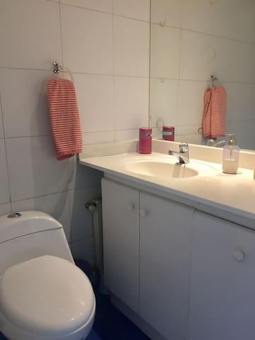 Baño completo (ducha y tina) dormitorio 3
