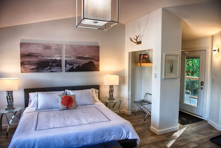 Beautiful King Size Bed & Vaulted Ceilings