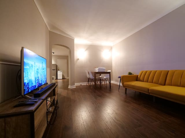 2BR Apartment, Free Street Parking, Close to DT.