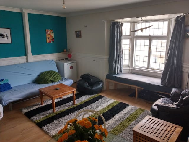 Very central quiet double room (Monday-Friday)