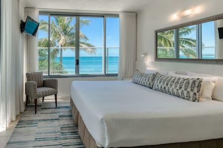 One Bedroom Beachfront Spa Penthouse Apartment - Bedroom