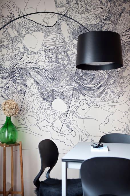 La sala da pranzo è accogliente, e sulla parete potrete ammirare uno dei pezzi unici del progetto Scribblitti, dell'artista Hu-Be