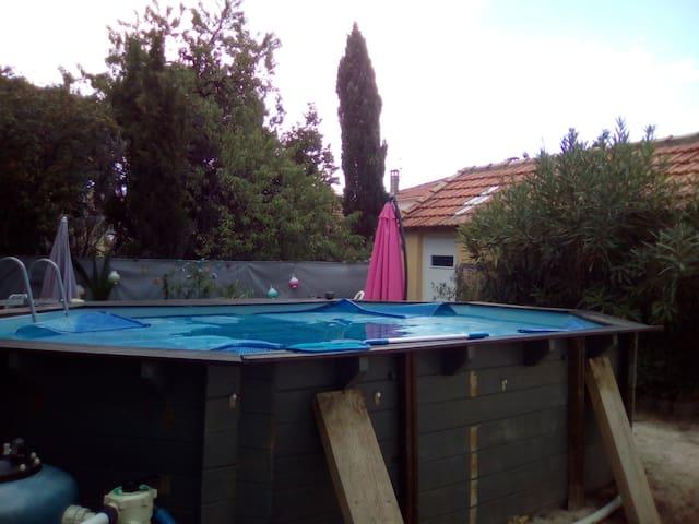 Chambre conviviale avec piscine