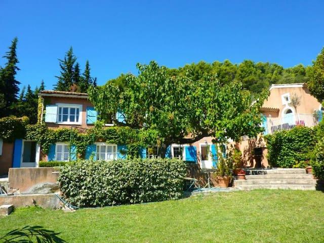 Bastide provencale avec piscine face au Mt Ventoux