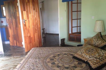 Knockduff 1: room in main house - Lobatse