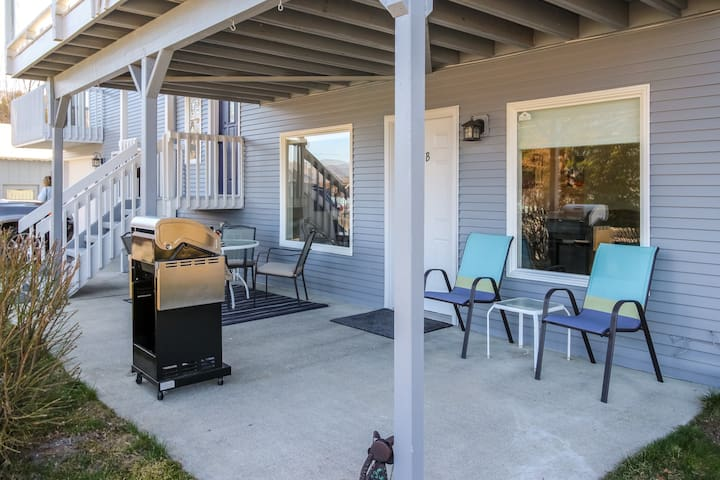 NEW LISTING! Lakeside escape w/ a full kitchen, furnished patio, & BBQ
