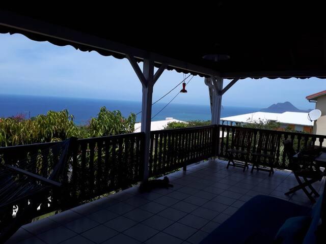 Dans jolie villa créole proche des plages