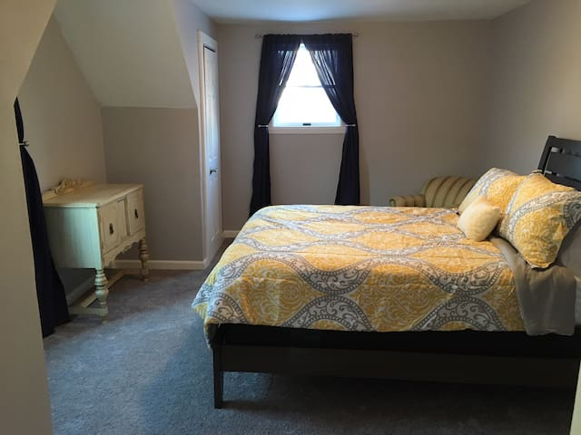 Queen Bedroom with TV, WIFI, W&D, Kitchen#1